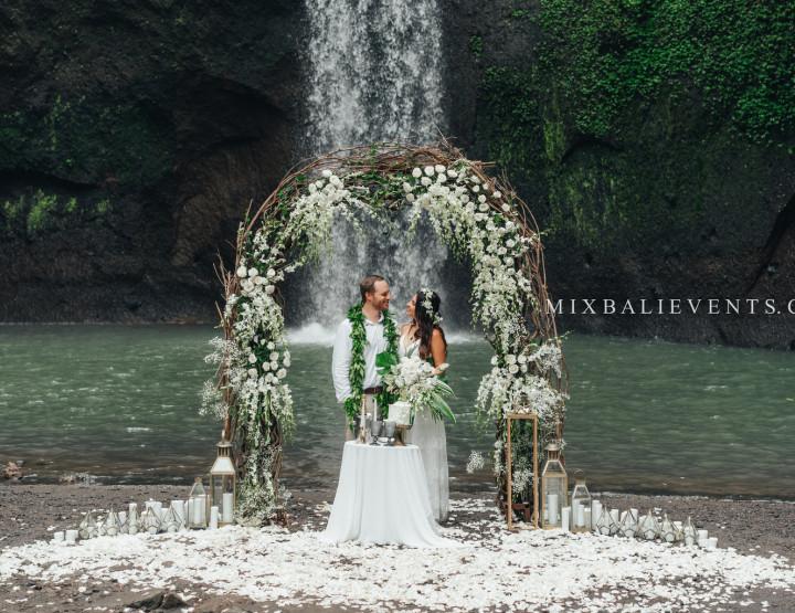 Хит! Экзотическая Балийская Свадебная Церемония на водопаде в тропических джунглях Бали