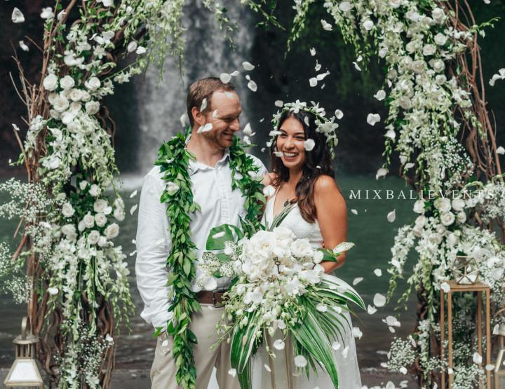 Экзотическая Балийская Свадебная Церемония на водопаде в тропических джунглях Бали