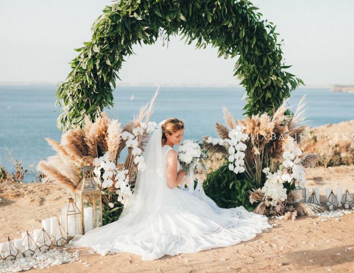 Стильная Свадьба Белых Пионов на утесе над Индийским океаном