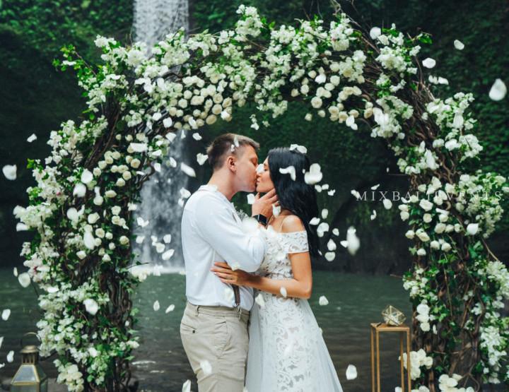 Тренд 2019! Стильная Свадьба Белых Бугенвиллий на водопаде в тропических джунглях Бали