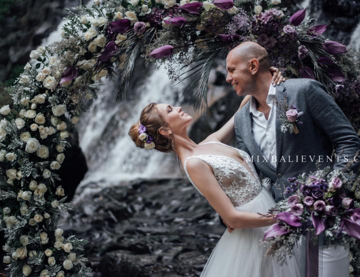 Стильная Свадьба на Каскадном водопаде в тропических джунглях Бали