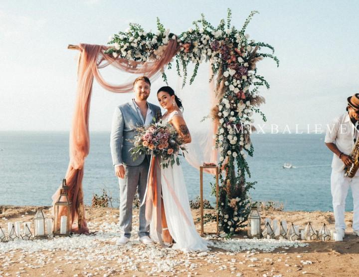 Стильная Boho Dark Pink Wedding на утесе над Индийским океаном