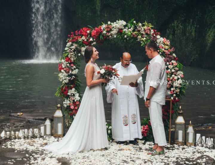 Тренд 2019! Стильная Marsala Wedding на водопаде в тропических джунглях Бали