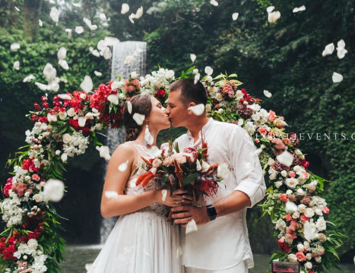 Стильная Marsala Wedding на водопаде в тропических джунглях Бали. Георгий и Валерия