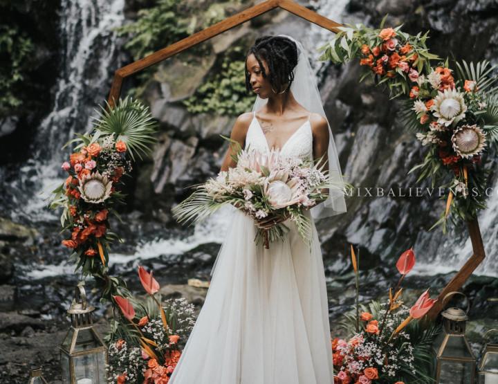 Proteas Boho Wedding на каскадном водопаде в тропических джунглях Бали
