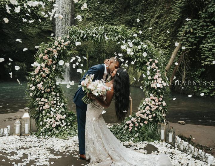 Стильная Tropical Wedding на водопаде в тропических джунглях Бали
