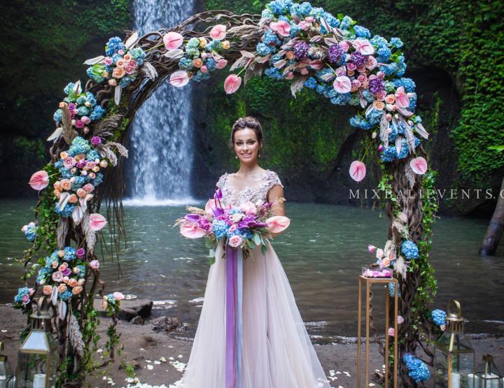 Тренд 2019! Стильная Свадьба Розовых Антуриумов на водопаде в тропических джунглях Бали
