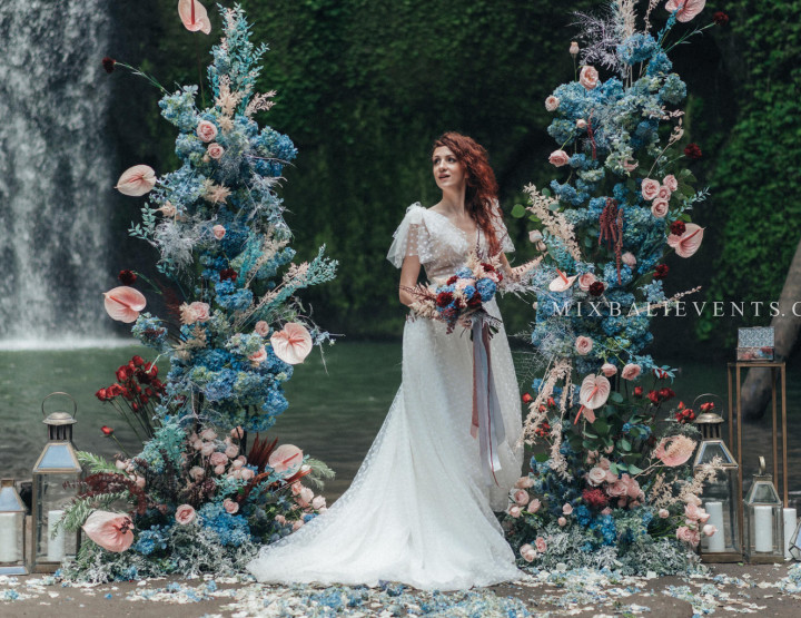 Стильная Blue, Soft-pink & Marsala Wedding на водопаде в тропических джунглях Бали