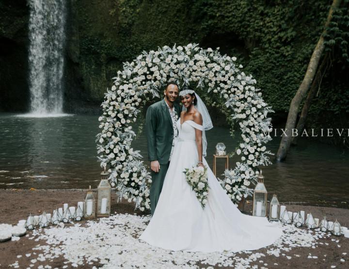 Grey & White Wedding на водопаде в тропических джунглях Бали